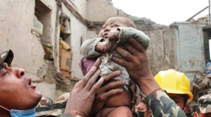 Foto Sonies Bayi Ajaib di Gempa Nepal Selamat 22 Jam Terkubur