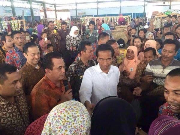 Foto Jokowi di Pasar Giwangretno - 2