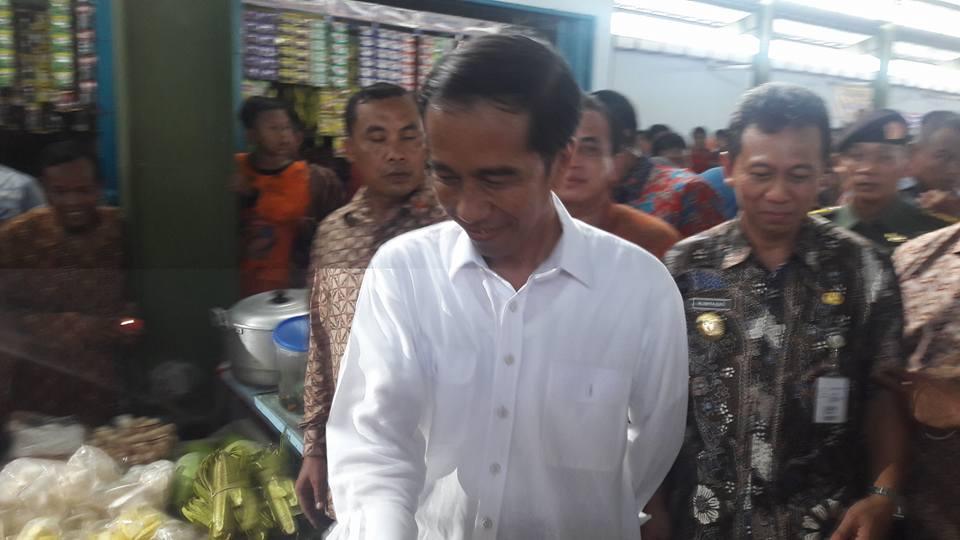 Foto Jokowi di Pasar Tengok Kebumen 1