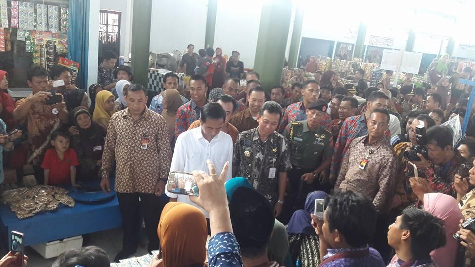 Foto Jokowi di Pasar Tengok Kebumen 2