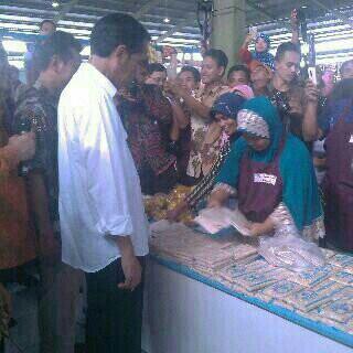Foto Presiden Jokowi bersama pedagang tempe di pasar tengok